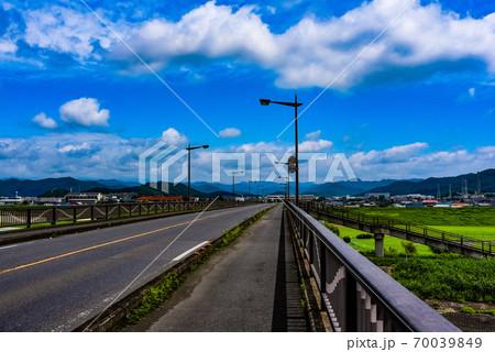 橋の上から眺める広大な美しい青空 70039849