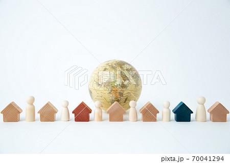 地球儀とペグ人形 70041294