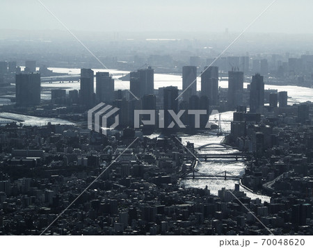 霞がかった東京ウォーターフロントの超高層マンションがある風景 70048620