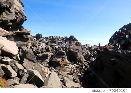 鳥海山の山頂新山へ向かう登山者たち 70049164