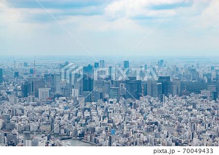 雲の多い日に遠くに見える東京の街並み 70049433
