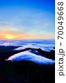 弥山山頂の日の出(縦) 70049668