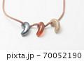 勾玉の首飾り。現代のパワーストーン。日本の伝統的な魔除け。クローズアップ撮影。 70052190