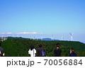 三重県 青山高原 風車を見る観光客(初秋) 70056884