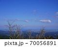 三重県 青山高原 初秋のススキと平野(津と伊勢湾方向を望む、初秋) 70056891