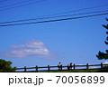 三重県 青山高原 初秋の高原を歩く入山者 70056899