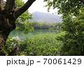 志賀高原夏の丸池の風景 70061429
