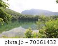 志賀高原夏の丸池の風景 70061432