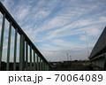陸橋の手すりと秋空 70064089