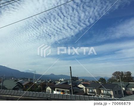 東海道新幹線車窓から遠くに見える富士山 70066879