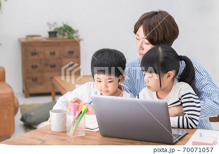 子育てしながらテレワークする母親 70071057