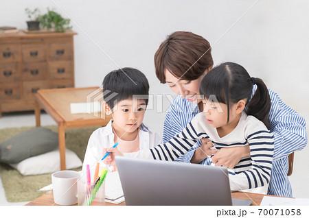 子育てしながらテレワークする母親 70071058