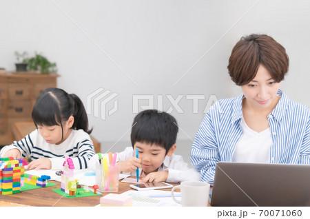 子育てしながらテレワークする母親 70071060