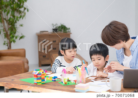 子育てしながらテレワークする母親 70071068