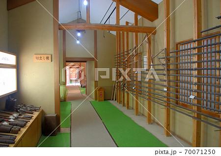 大阪城残石記念公園、工程を棟ごとに分けてある施設の館内の様子(切出し棟)・小豆島・北浦港(4) 70071250