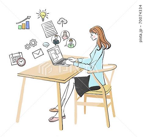 リビングのパソコンでリモートワークする女性 70074334
