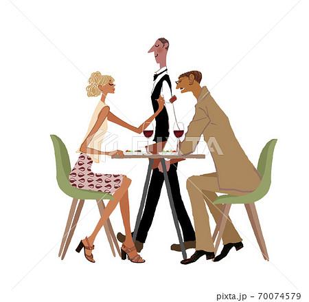 レストランで食事するカップルとウェイター 70074579
