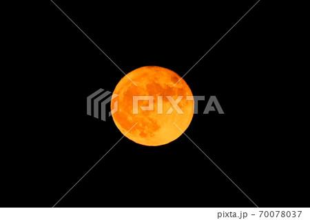 2020年中秋の名月の次の日の赤い満月 奈良県御所市 70078037