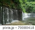 静かに水しぶきをあげる滝 70080418