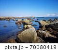 静かに波打つ海と佇む岩 70080419