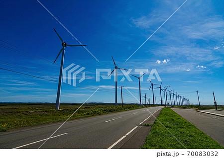 サロペツ原野パーキングから見る風車群(北海道 幌延町) 70083032