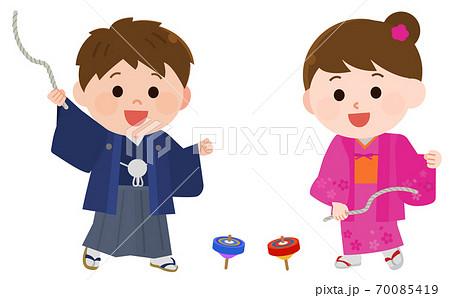 お正月 着物でコマ遊びをする子供達 イラスト 70085419