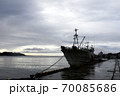 雨の漁港、日本海へ出港を待つ漁船 70085686