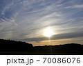 夕暮れの風景、幻日を伴った夕日 70086076