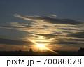 夕日を受けて金色に輝く雲 70086078