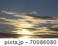 夕日を受けて金色に輝く雲 70086080