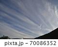大空に広がっていく巻雲、 70086352