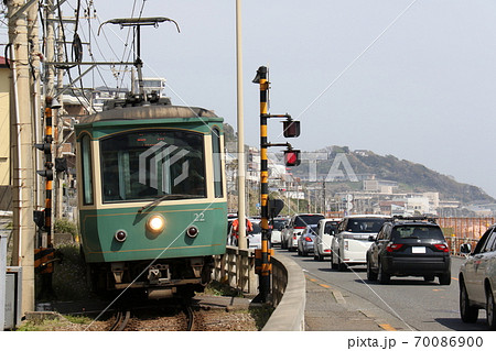 【江ノ電】ある晴れのお昼過ぎ、鎌倉高校前~腰越の海沿いを走る電車 70086900