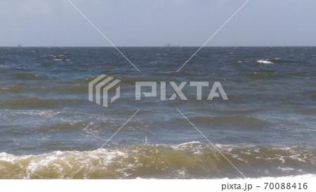 稲毛海岸の砂浜から見た少し波の有る海 70088416