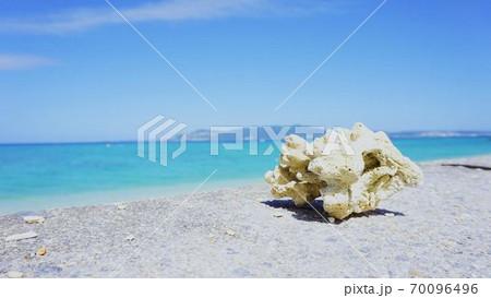 青い空と青い海がきれいな沖縄のビーチ 70096496