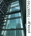 泉ガーデンタワーの窓ふき① 70097740