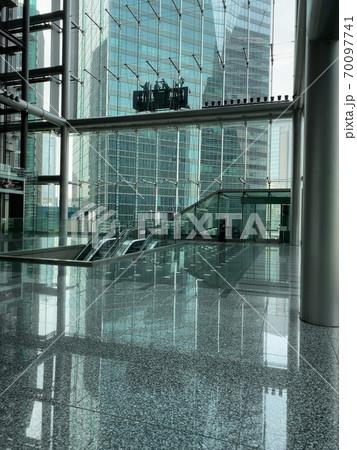 泉ガーデンタワーの窓ふき② 70097741