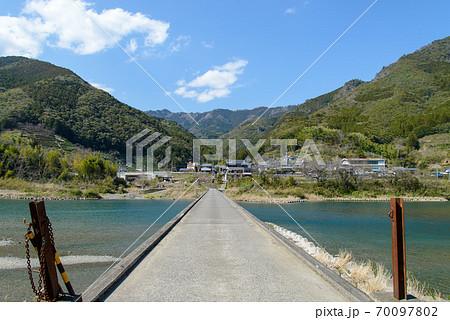 高知県の仁淀川にかかる片岡沈下橋 70097802