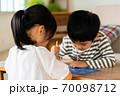 【兄弟】リビングで一緒に仲良く遊ぶ女の子と男の子 70098712