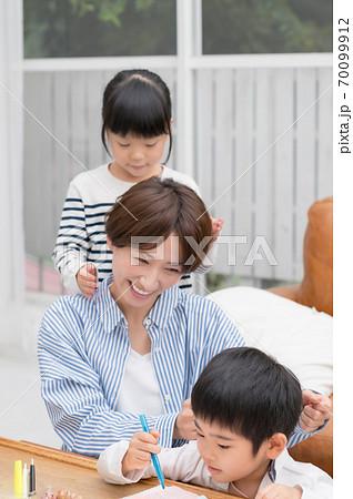 仲良く肩もみする親子 70099912