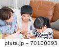 仲良くお絵描きして遊ぶ親子 70100093