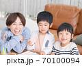 仲良くお絵描きして遊ぶ親子 70100094