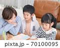 仲良くお絵描きして遊ぶ親子 70100095