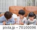 仲良くお絵描きして遊ぶ親子 70100096