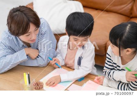 仲良くお絵描きして遊ぶ親子 70100097
