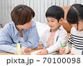 仲良くお絵描きして遊ぶ親子 70100098