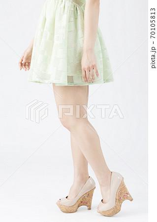 女性の足 70105813