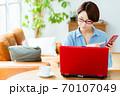リビングでパソコンを使うミドル女性 70107049