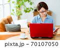 リビングでパソコンを使うミドル女性 70107050
