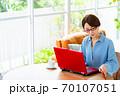 リビングでパソコンを使うミドル女性 70107051