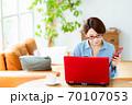 リビングでパソコンを使うミドル女性 70107053